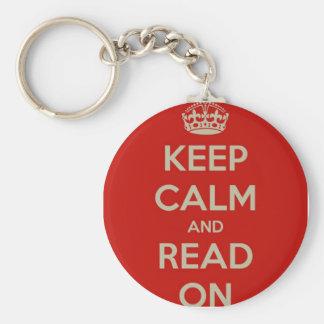 Guarde la calma y siga leyendo llavero redondo tipo pin