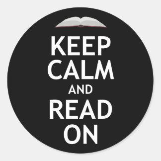 Guarde la calma y siga leyendo pegatina redonda