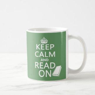 Guarde la calma y siga leyendo taza de café