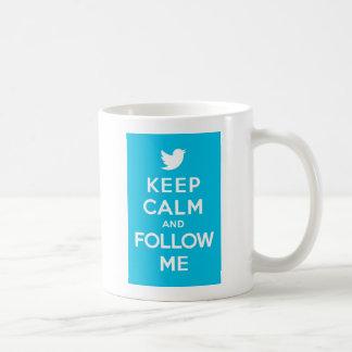 Guarde la calma y sígame continúan el pájaro del g taza de café