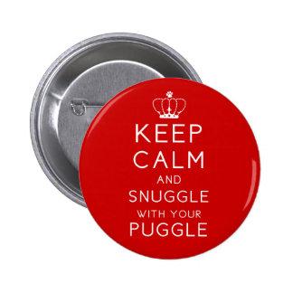 Guarde la calma y Snuggle con su botón de Puggle Pin Redondo De 2 Pulgadas
