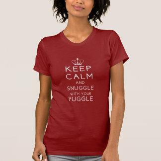 Guarde la calma y Snuggle con su Puggle T oscuro Playera