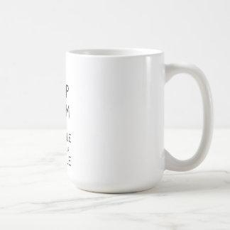 Guarde la calma y Snuggle con su taza de Puggle