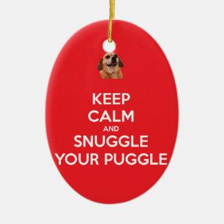 Guarde la calma y Snuggle su ORNAMENTO de Puggle - Adorno Navideño Ovalado De Cerámica