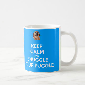 Guarde la calma y Snuggle su TAZA de Puggle - azul