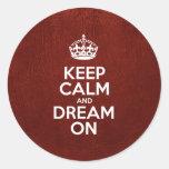 Guarde la calma y soñe encendido - el cuero rojo pegatina redonda