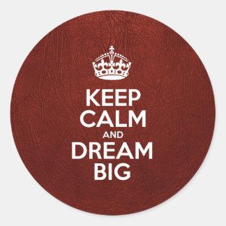 Guarde la calma y soñe grande - cuero rojo pegatina redonda
