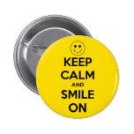 Guarde la calma y sonría en amarillo pin