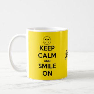 Guarde la calma y sonría en amarillo taza de café