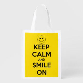 Guarde la calma y sonría en amarillo y negro bolsa reutilizable