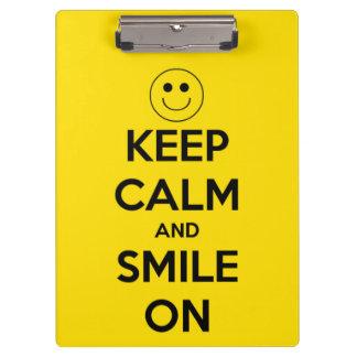 Guarde la calma y sonría en el amarillo personaliz