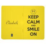Guarde la calma y sonría en el diario amarillo cuaderno