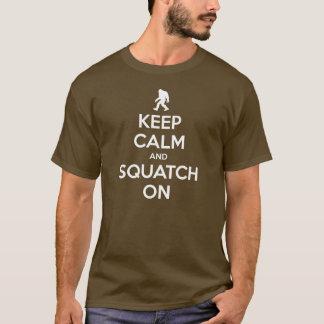 Guarde la calma y Squatch en la camiseta
