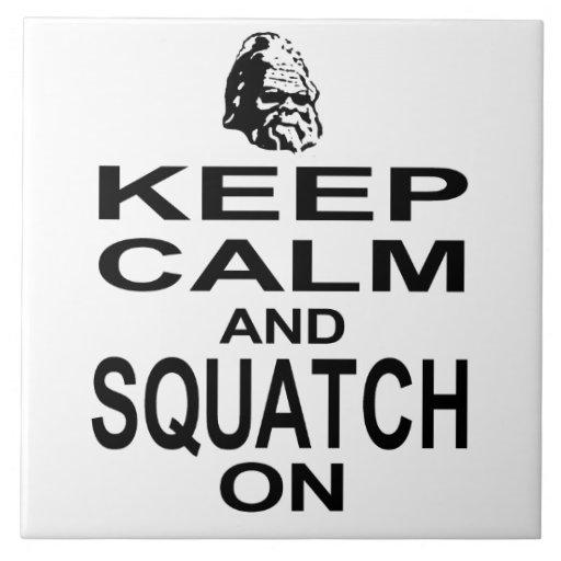 Guarde la calma y Squatch encendido Azulejo Cuadrado Grande