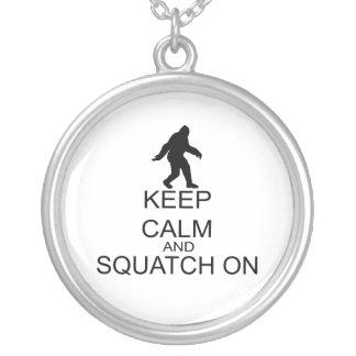 Guarde la calma y Squatch encendido Colgante Redondo