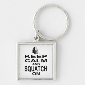 Guarde la calma y Squatch encendido Llavero Cuadrado Plateado