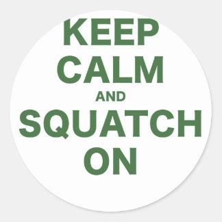 Guarde la calma y Squatch encendido Pegatina Redonda