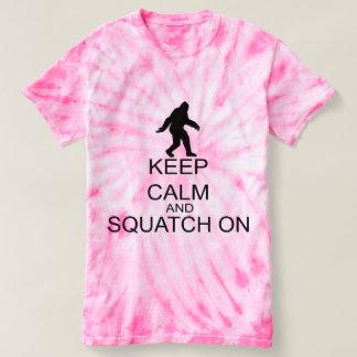 Guarde la calma y Squatch encendido Poleras