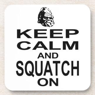 Guarde la calma y Squatch encendido Posavasos De Bebidas