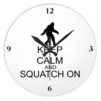 Guarde la calma y Squatch encendido Reloj Redondo Grande