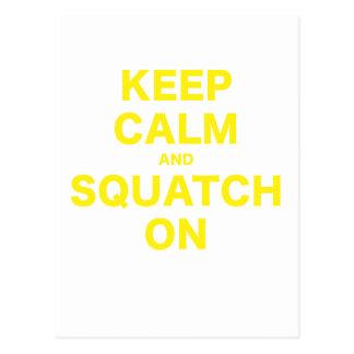 Guarde la calma y Squatch encendido Tarjeta Postal
