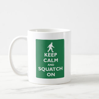 Guarde la calma y Squatch encendido Taza