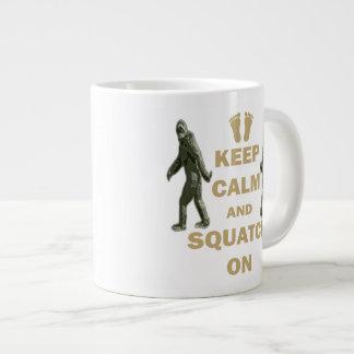 Guarde la calma y Squatch encendido Taza De Café Grande