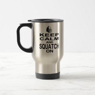 Guarde la calma y Squatch encendido Taza De Viaje