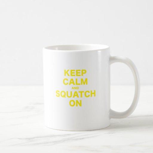 Guarde la calma y Squatch encendido Tazas De Café