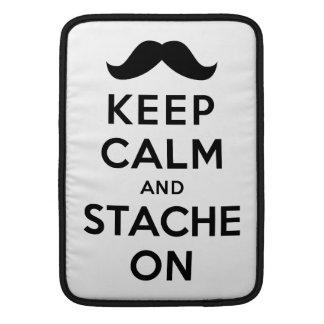 Guarde la calma y Stache encendido Funda Macbook Air