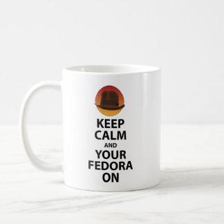 Guarde la calma y su Fedora encendido Taza
