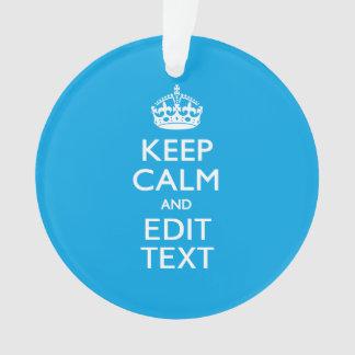 Guarde la calma y su texto en fondo del azul de