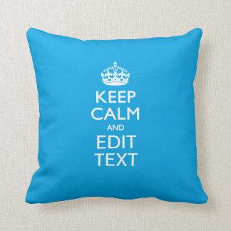 Guarde la calma y su texto en fondo del azul de almohadas