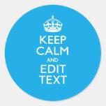 Guarde la calma y su texto en fondo del azul de etiqueta redonda