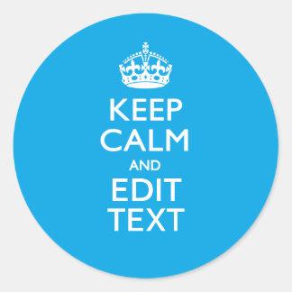 Guarde la calma y su texto en fondo del azul de etiqueta