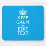 Guarde la calma y su texto en fondo del azul de alfombrilla de ratones