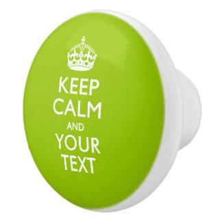 Guarde la calma y su texto en verde lima pomo de cerámica