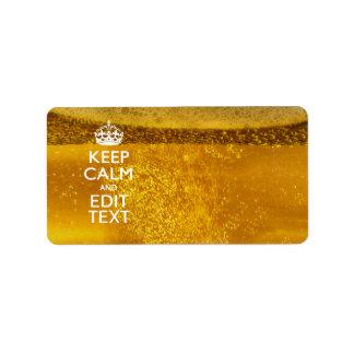 Guarde la calma y su texto para un poco de cerveza etiquetas de dirección