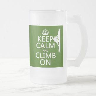 Guarde la calma y suba en (el color adaptable) taza de cristal