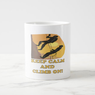 Guarde la calma y suba encendido taza extra grande