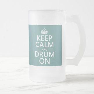Guarde la calma y teclee en (cualquier color de taza de cristal