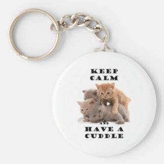 guarde la calma y tenga gatitos de una abrazo llavero redondo tipo pin