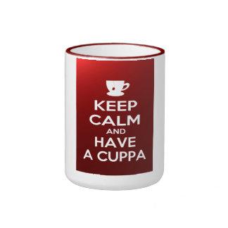 Guarde la calma y tenga un cuppa taza de dos colores