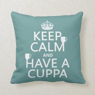 Guarde la calma y tenga un Cuppa - todos los color Cojín