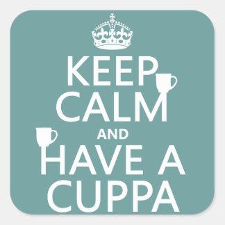 Guarde la calma y tenga un Cuppa - todos los Pegatina Cuadrada
