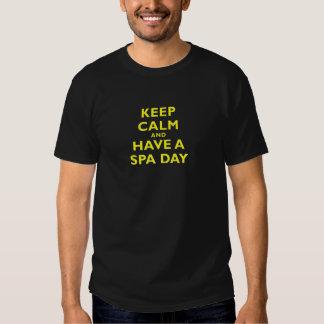 Guarde la calma y tenga un día del balneario camisas