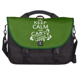 Guarde la calma y tenga una bebida (irlandesa) (cu bolsas de portatil