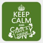 Guarde la calma y tenga una bebida (irlandesa) calcomanías cuadradass personalizadas