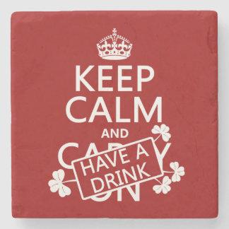 Guarde la calma y tenga una bebida (irlandesa) posavasos de piedra
