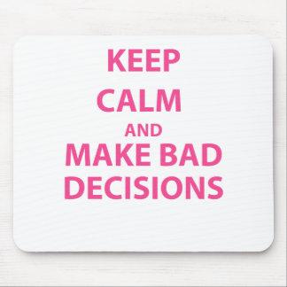 Guarde la calma y tome las malas decisiones tapetes de ratón